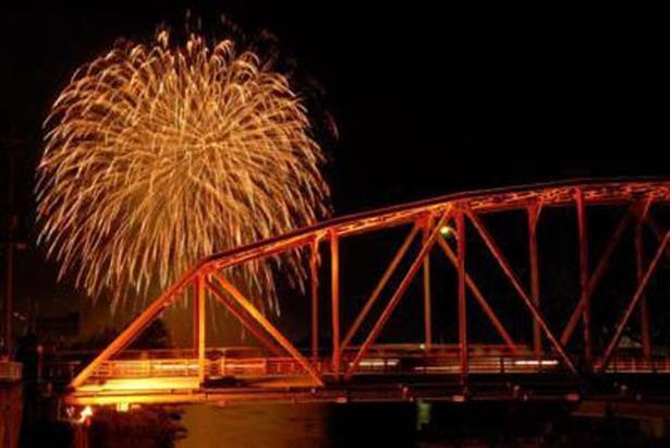【写真を見る】川上峡の夜空を彩る2000発の打ち上げ花火と仕掛け花火を見に行こう
