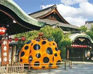 美術館の入口には直径5mもの草間作品「南瓜」が展示されていて、記念に撮影もできる/フォーエバー 現代美術館 祇園・京都