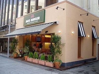 モスバーガーではウェブ注文を東京9店舗、神奈川1店舗、大阪3店舗で実施。ほか、全国約198店舗で少量に対応した、店に直接注文する「お届けサービス」も実施