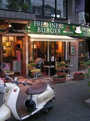 専門サイト加盟店を一気に増加した「フレッシュネスバーガー」。カフェのような雰囲気の店内で食べても、デリバリーで家で食べてもとチョイスが増えた