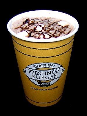 フレッシュネスバーガーの期間限定ホットドリンク「ホットチョコレート」(S300 円、T350 円、G400 円)。マシュマロとチョコレートソースをトッピング