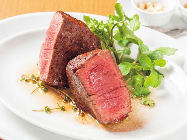 「牧草牛のテンダーロイン(250g)」(4212円)。赤身の美しさが際立つ牛ヒレの塊は、フワリと香るタイムがアクセント/Akami Modern Chop House