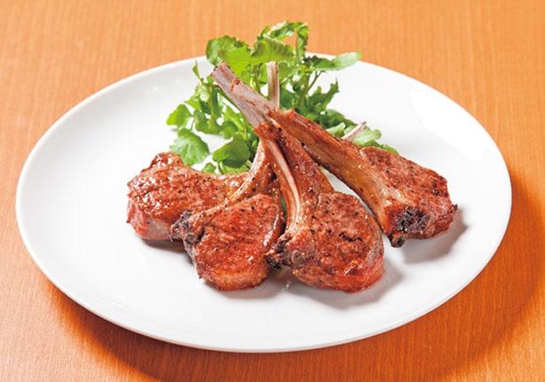【写真を見る】「スプリングラムチョップ1P」(702円)。春先の牧草を食べた子羊を使用/Akami Modern Chop House