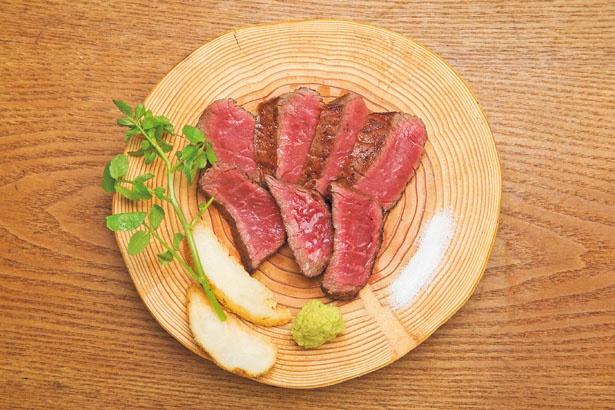 「黒毛和牛ふうびステーキ」(1700円)。肉本来の味を楽しんでもらいたいと、味付けは塩胡椒のみ/ふうびとすうろ
