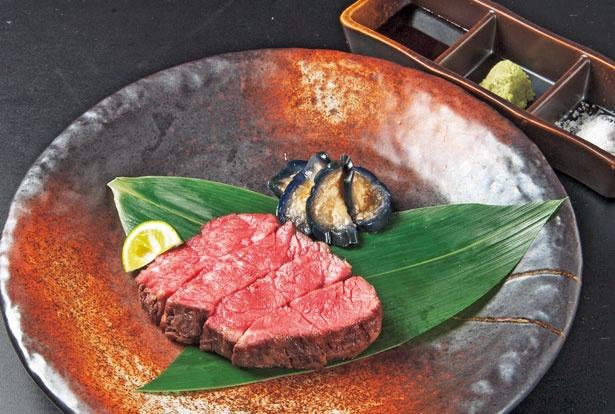 「和牛ランプ(100g~)」(1480円)。やや強火で表面を炭火焼きし、15分ほど余熱で火を通し、絶妙な赤身具合に/大衆肉食堂 スミニクオ