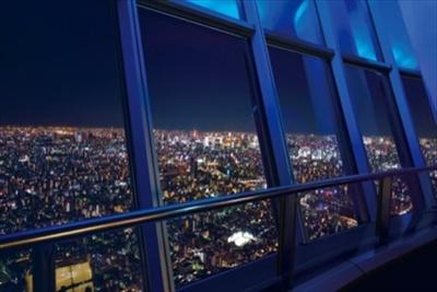 【写真を見る】東京スカイツリー(R)の天望デッキからの夜景はまるで宝石箱のよう