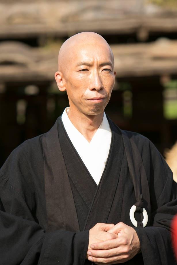 小松和重演じる昊天は、やりの使い手で、史実でも直政の命により軍兵たちの指南役を務めたという