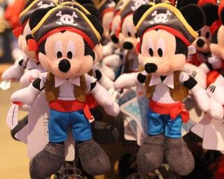 海賊に変身したミッキーマウスの「ぬいぐるみバッジ」(1700円)。手には剣が握られている