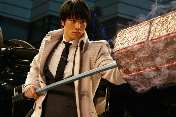 【写真を見る】鈴木伸之演じる亜門が重そうな武器・クインケを手に戦う
