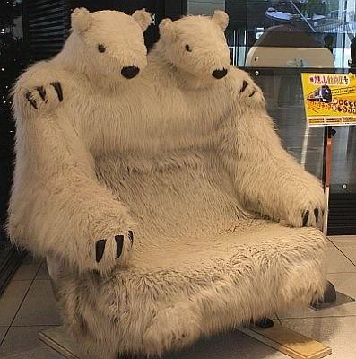 """JR北海道の""""特急 旭山動物園号""""に設置されている「ホッキョクグマのハグハグチェア」"""