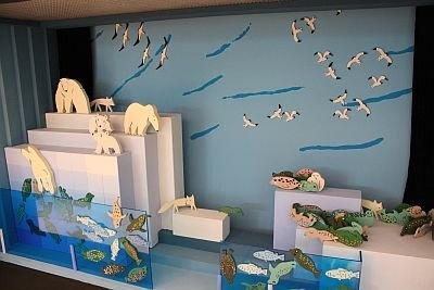 元旭川動物園の飼育係でもある、あべ弘士さんのジオラマや絵、立体物を1階エントランスホールに展示