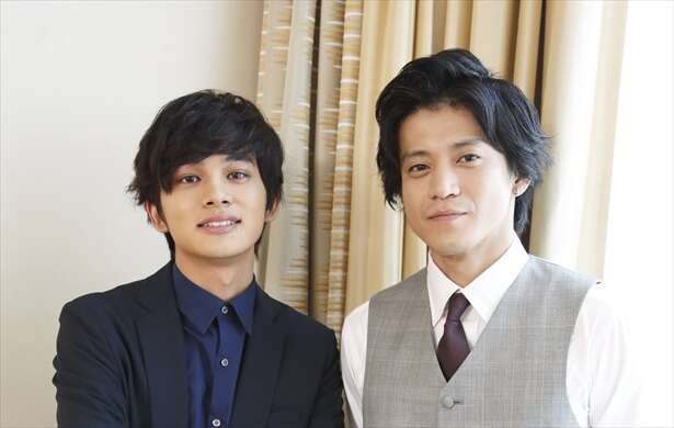 【写真を見る】尊敬する俳優である小栗との撮影、対談に北村は終始緊張気味