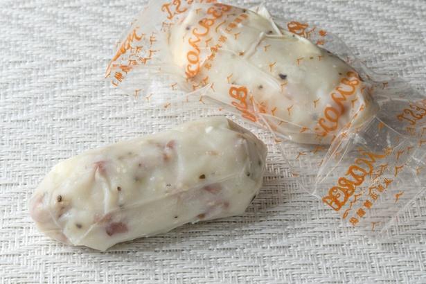 出塚水産 新千歳空港店/食べきりサイズのミニベーコン&クリームチーズ。機内で食べるならこれより大きい「欧風珍味 ベーコン&チーズ」1個540円もある