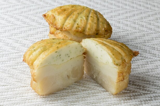 出塚水産 新千歳空港店/大ぶりのホタテ貝柱にバター風味のかまぼこをのせた「ほたほた揚げ」
