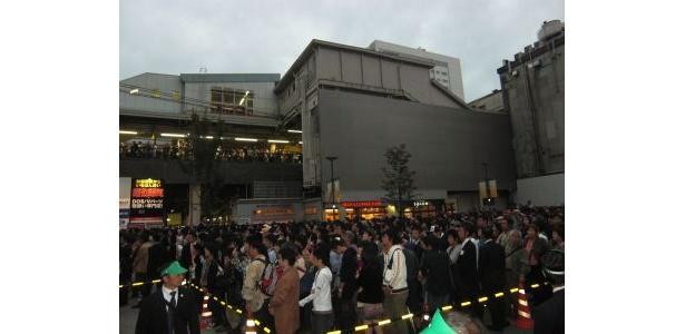 秋葉原駅周辺には約4000人の人だかりができた