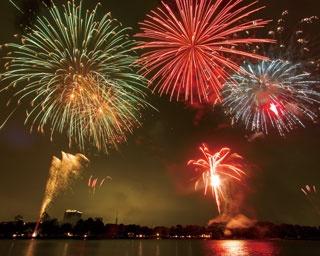 平尾台観光まつり「夏花火」。今年で66回目を迎える北九州市の祭りで、平尾台の星空と花火の競演が名物