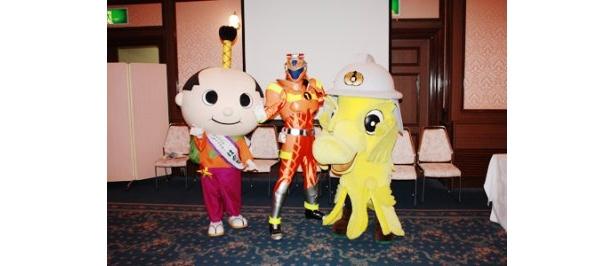 ファイアー1とともに記者会見に登場した名古屋開府400年祭マスコットキャラクター・はち丸と名古屋市消防局のマスコットキャラクター・ケッシー