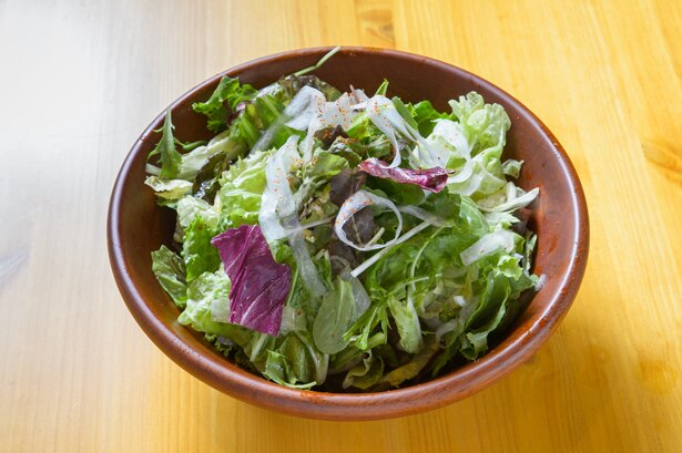 産地直送の野菜がたっぷり入った「チョレギサラダ」(720円)。ピリ辛の自家製チョレギドレッシングがクセになる逸品