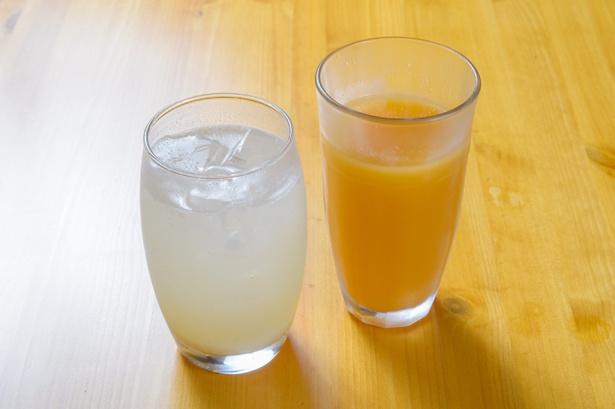 瀬戸内レモンを使った「自家製はちみつレモンソーダ」(450円・左)と、セットにプラス200円で変更できるレギュラーサイズの「野菜ジュース」