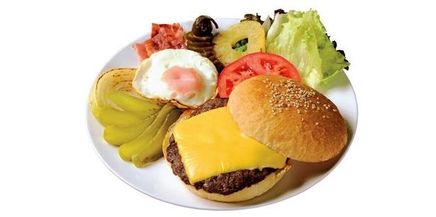 「グッゲンハイム・マフィア」の「ハンバーガー」(700円)は直径12cmのビッグサイズ!