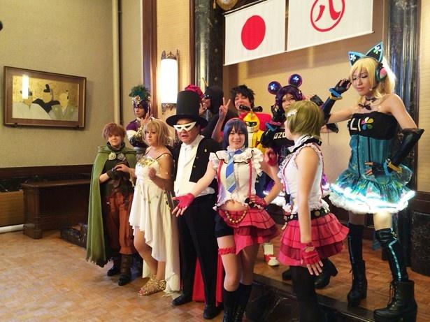 2015年開催時は「セーラームーン」の「タキシード仮面」のコスプレを披露(中央)