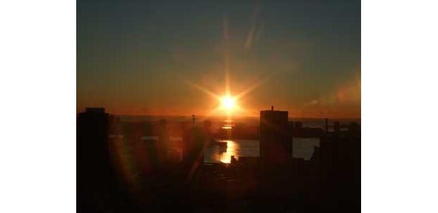 元日は、朝6:00から営業しているので、展望台から東京湾方面に昇る初日の出を拝むことができる