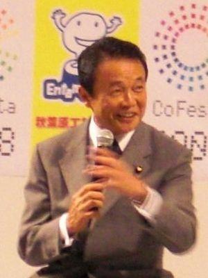 永田町より楽しそう!? 熱心に語る麻生首相
