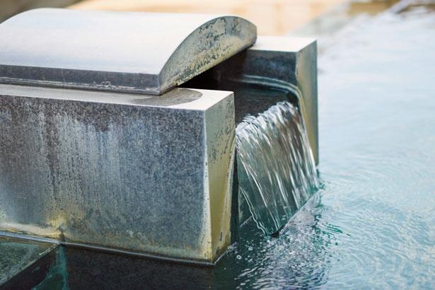 【写真を見る】メタケイ酸、炭酸水素ナトリウムを含有する「やぶ塚温泉」