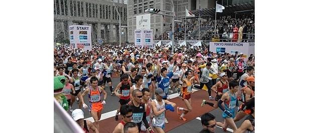 2月28日(日)に開催される「東京マラソン2010」には3万2000人が出場する。東京都庁を出発し、日比谷公園や銀座を通って東京ビッグサイトがゴール