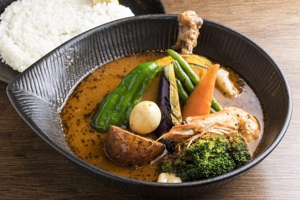 写真は「チキン to 野菜カレー 焙煎エビスープ仕立て」(1430円)。 焙煎エビスープ仕立てには、香ばしく焼いたブラックタイガーが付く