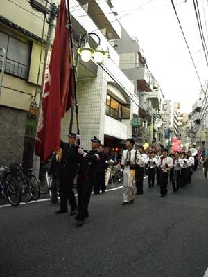 早稲田の街をパレードが行く
