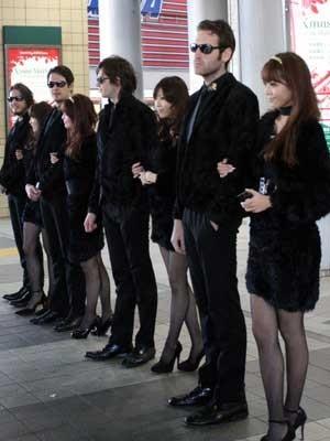 買い物客でにぎわう渋谷の駅前に突如現れた8人の黒ずくめの美男美女集団。その目的とは…?