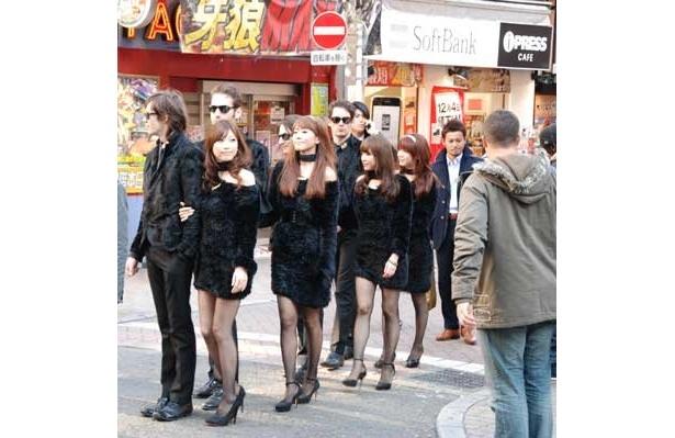 こんな黒ずくめの美男美女がセンター街に現れるなんて