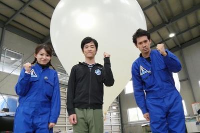 北海道赤平市にて。左から 大家彩香アナウンサー、岩谷圭介(岩谷技研)、大泉洋
