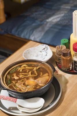 【写真を見る】「味噌煮込み(親子)」(750円)。ほか、玉子入りが650円、肉玉子、もち玉子、天ぷら玉子がそれぞれ750円