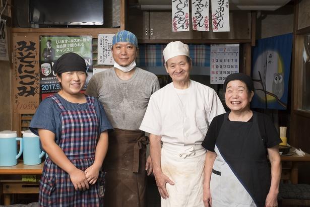 左から、4代目妻の真実さん、4代目の道彦さん、3代目の孝治さん、4代目母の貞子さん