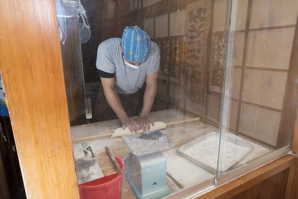 店内の一角にはガラス張りの麺打ち室がある。毎朝6:30に仕込みを始め、オープン時間ギリギリまでかかるそう