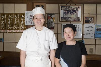 3代目として長年店を支え続けた孝治さんは74歳、姉の貞子さんは76歳。貞子さんは20代早々に調理師免許を取得しており今も調理を担う。店内に飾られた写真には2代目も写っている