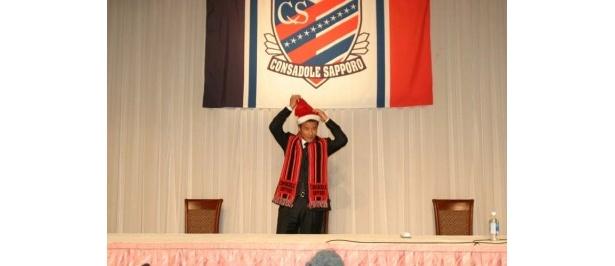 クリスマスということでこんな場面も。記者からお願いされ、「えー!?」と言いながらもサンタの帽子をかぶる中山選手