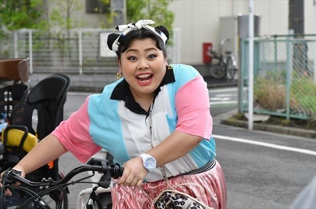 「カンナさーん!」主演の渡辺直美。トップスの配色を意識した統一感を出すコーディネートなど、ファッションにも見どころが!