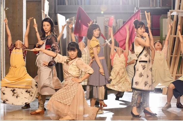 8月5日(土)放送の「ウチの夫は仕事ができない」では、松岡茉優演じる沙也加が、ママ友に「家庭を守るためには闘いも必要」と言われ妄想。「戦うお嫁さまの歌」を歌い踊る!