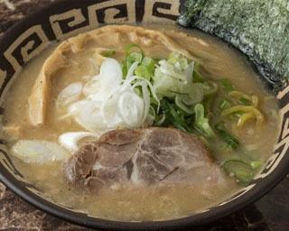 「麺恋 佐藤 すすきの2号店」。武家屋敷のような外観に、黄色いのれんが目印