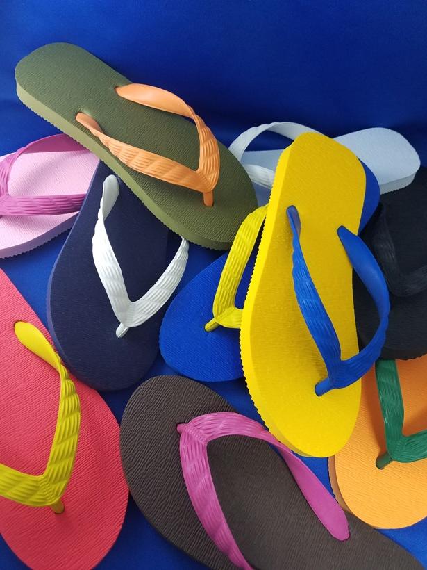 昔ながらの製法で、履きやすさにこだわって作られた「九十九(つくも)ビーチサンダル」