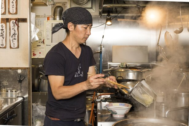 餃子と麺 いせのじょう/スタッフの鈴木孝浩さん