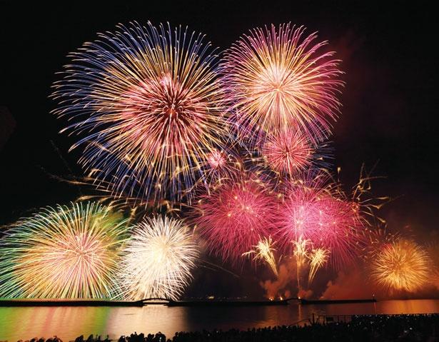 日本最大の湖を舞台にアートな花火が花開く/びわ湖大花火大会