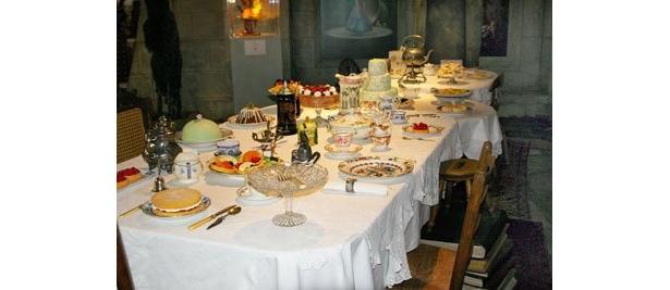 """アンティーク風の食器や奇妙な椅子が並ぶ""""帽子屋のお茶会""""シーンを再現"""