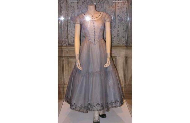 アリスの衣装。実際に使用された5着の衣装、40点を超える小道具を展示