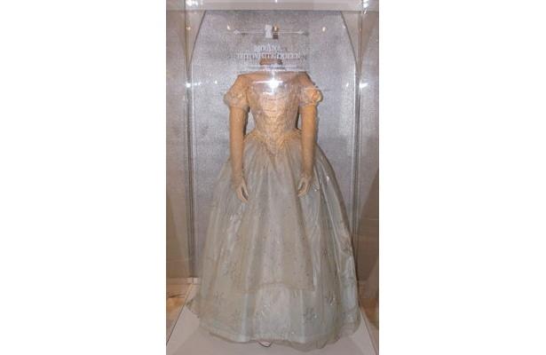 こちらは、白の女王(アン・ハサウェイ)の衣装