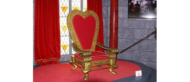 """赤の女王を象徴している""""赤いハート""""型の玉座。かわいいかも"""
