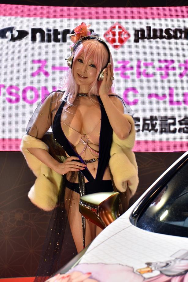 「すーぱーそに子」最新鋭痛車発表会に叶美香がファビュラスなコスプレ姿で登場!
